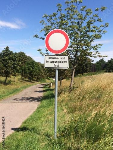 Verkehrsschild Betriebs – und Versorgungsdienst frei in Naturlandschaft