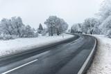 Glatte Landstraße im Winter
