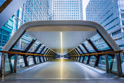 Foto op Canvas Londen London, England - Public pedestrian cross rail footbridge at the financial district of Canary Wharf with skyscrapers