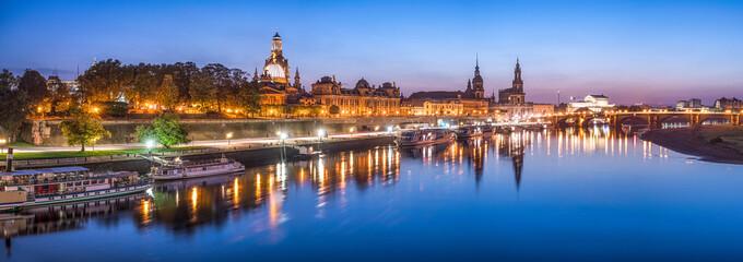 Dresden Panorama bei Nacht mit Elbe im Vordergrund, Sachsen, Deutschland