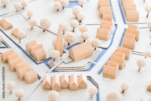 Leinwanddruck Bild Städtebauliches Modell aus Holz und Karton einer Ortsmitte mit Häusern, Park und Kirche