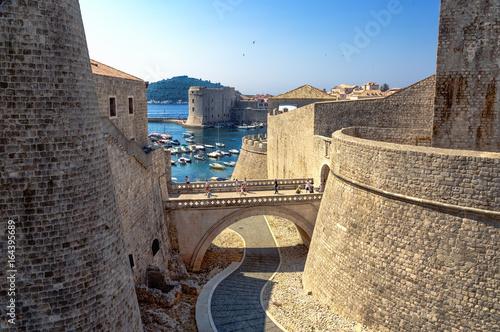 Stadtmauer Dubrovnik mit Blick auf Hafen und Brücke Poster