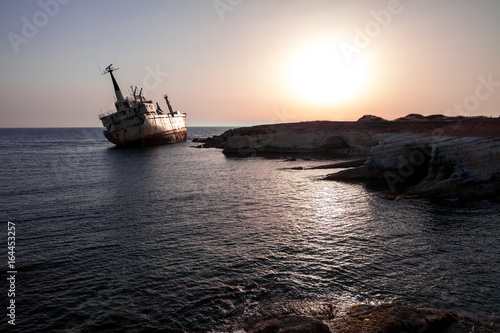 Papiers peints Naufrage Ship wreck at sunset