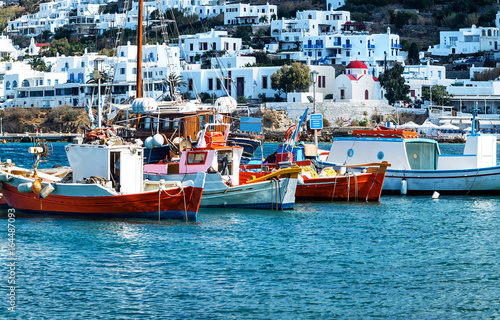 Rote und blaue Fischerboote im Alten Port von Santorini