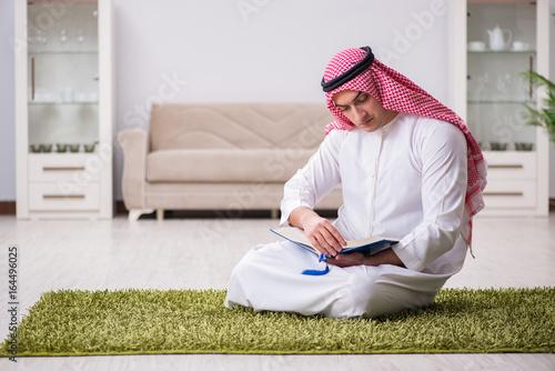 Poster Arab man praying at home