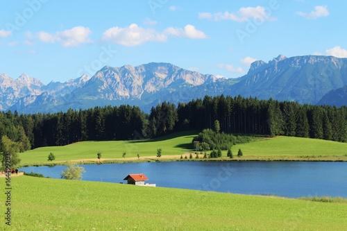 Badeweiher vor Alpenkulisse im Allgäu, Bayern