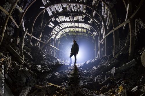 Sylwetka człowieka w opuszczonym tunelu