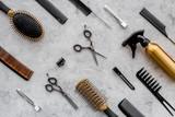 Wzór gręple i narzędzia fryzjerskie na popielatym tle
