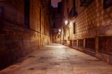 Barcelona. Gotycka dzielnica w nocy.