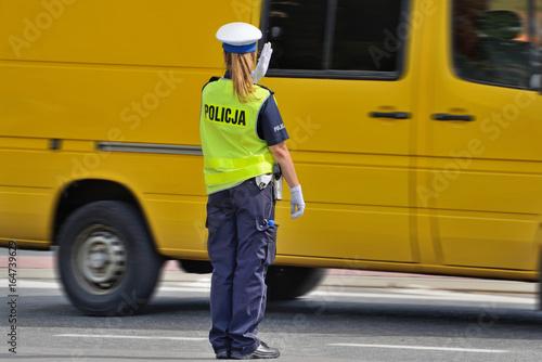 Policjantka kierująca ruchem.
