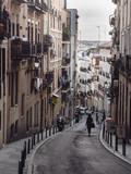 Persona paseando por la calle de Buenavista, en Madrid