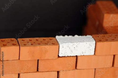Ersatzstein in der Ziegelmauer