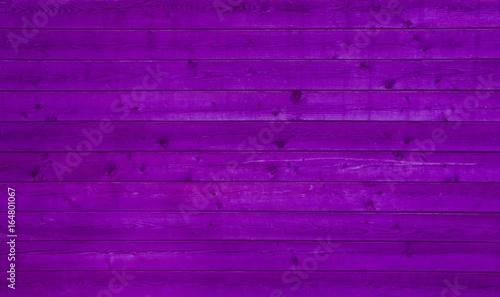 Holzplanken mit lila Farbe