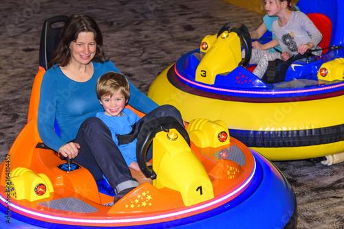 Fotobehang Amusementspark Fahrspaß im Indoor-Freizeitpark