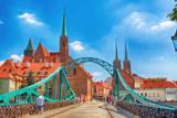 Wrocław, Polska - 18 lipca 2017: Wrocławskie Stare Miasto. Ostrów Tumski to najstarsza część miasta. Rzeka Odra, łodzie i zabytkowe budynki w letni dzień.
