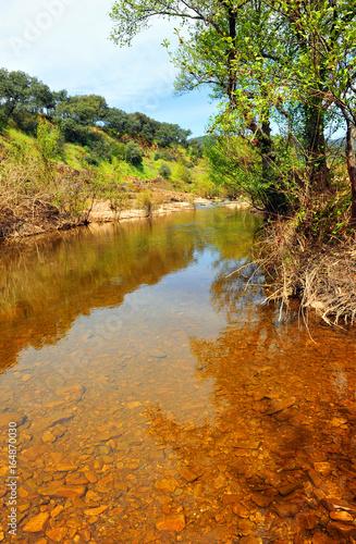 Río Robledillo en el Parque Natural del Valle de Alcudia y Sierra Madrona, provincia de Ciudad Real, España