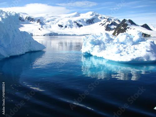In de dag Antarctica Icebergs et montagnes, Antarctique