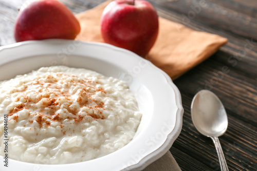 Aluminium Kruiden 2 Delicious rice pudding with cinnamon on wooden background