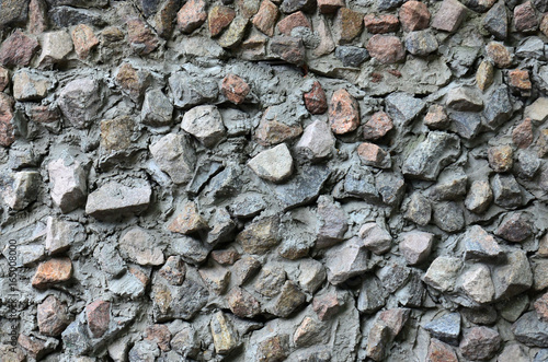 In de dag Stenen The texture of a strong stone wall of many concreted stones of various shapes