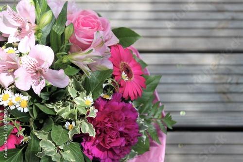 wunderschöner rosa Blumenstrauß, Blumen schenken, Zeichen der Liebe, natürliche Dekoration