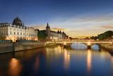 Wycieczka łodzią po Sekwanie w Paryżu z zachodem słońca. Paryż, Francja