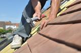 clouer lattes pour rénovation d'une toiture - 165081836