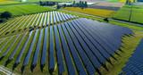 champs de panneaux solaire dans une ferme solaire, france - 165104267