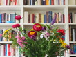 Interieur: Feldblumenstrauss vor Bücherwand