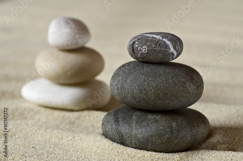 Foto op Plexiglas Stenen in het Zand Dark and white piles of balanced stones