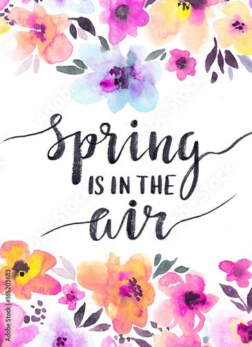 akwarela-kwiatowy-tlo-z-delikatne-kwiaty-wiosenna-karta-design-ze-stylowym-odrecznym-zwrotem-quot-wiosna-jest-w-powietrzu-quot