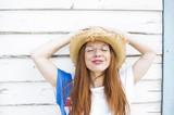 Frau mit roten Haaren und Sommersprossen