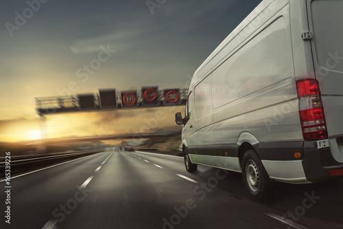 Lieferwagen fährt auf einer Autobahn