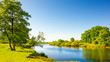 Quadro Sommerliche Landschaft mit Wiesen und Fluss