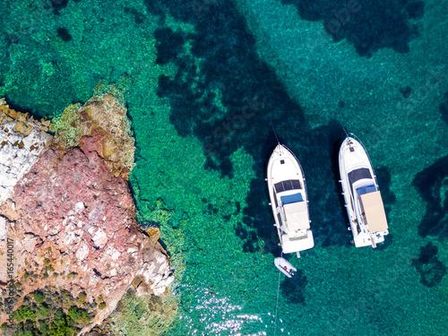 Widok z lotu ptaka dwa jachty i jasny turkusowy morze