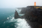 Scogliera di basalto sull'oceano con faro, Islanda