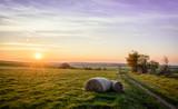 Romantischer Sonnenuntergang Heu Heuballen Strohballen Feld Acker Landwirtschaft - 165570803