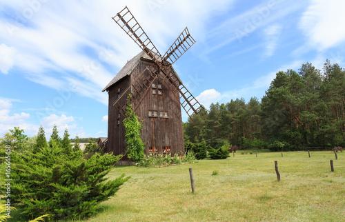 Zabytkowy wiatrak drewniany typu koźlak, w przeszłości charakterystyczny dla polskiego krajobrazu wiejskiego © stepmar