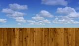 Brauner Holzzaun mit Himmel und Wolken - 165668060