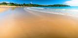 Panorama piaszczystej plaży i błękitnego morza