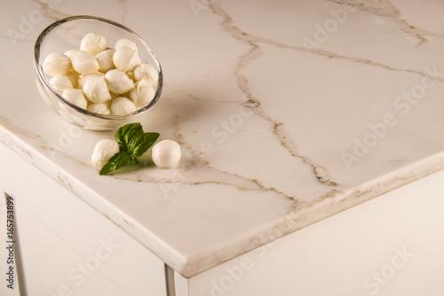Nowoczesny marmur biały blat kuchenny. Biały blat z Carrary