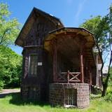 Piękny, zabytkowy, drewniany, leśny pałacyk w pobliżu polskiej wsi