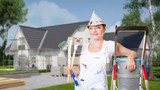 Frau als Maler vor Haus mit Baugerüst