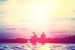 Quadro Glückliche junge Menschen laufen und springen am See beim Sonnenuntergang
