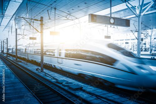 widok przybywający / opuszczający miasto, wysoka prędkość pociąg, Tianjin miasto, porcelana.