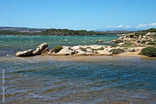 panorama naturale con il mare e gli scoglie in una giornata di cielo blu all'isola di Caprera