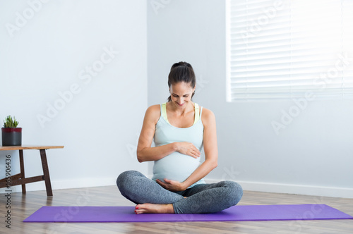Staande foto School de yoga Pregnancy yoga exercise