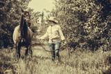 Western kobieta chodzenia na Zielona Łąka z konia