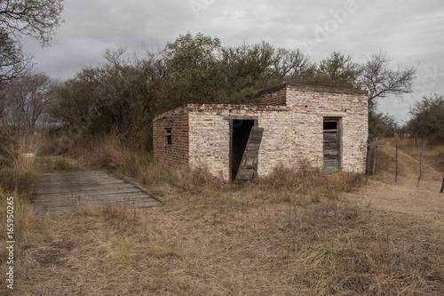 puesto rural abandonado Poster
