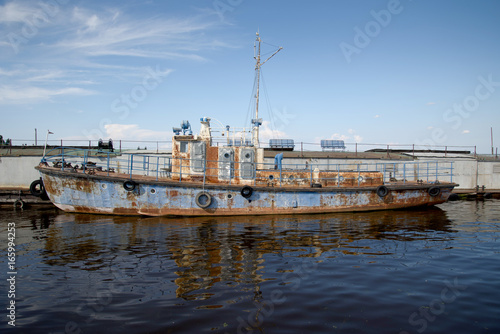 Staande foto Schip An old rusty ship in the pier on the Volga river.
