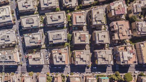 Vista aerea ortogonale di una parte del quartiere Monteverde a Roma. Tra le strade strette e i palazzi si vedono alberi e tanto verde mentre sugli edifici antenne e parabole.